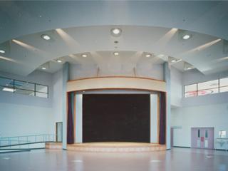 施設案内:多目的ホール(200人収容可能)の写真